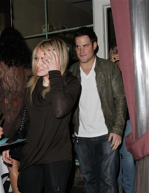 hilary duff giving blowjob He did  I Do Not Believe  Hillary Duff Is Actually Giving Mike Comrie A Blowjob In This Photo.