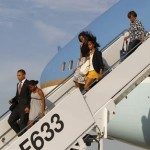 U.S. President Barack Obama steps off Air Force One with Sasha and other family members in Chicago