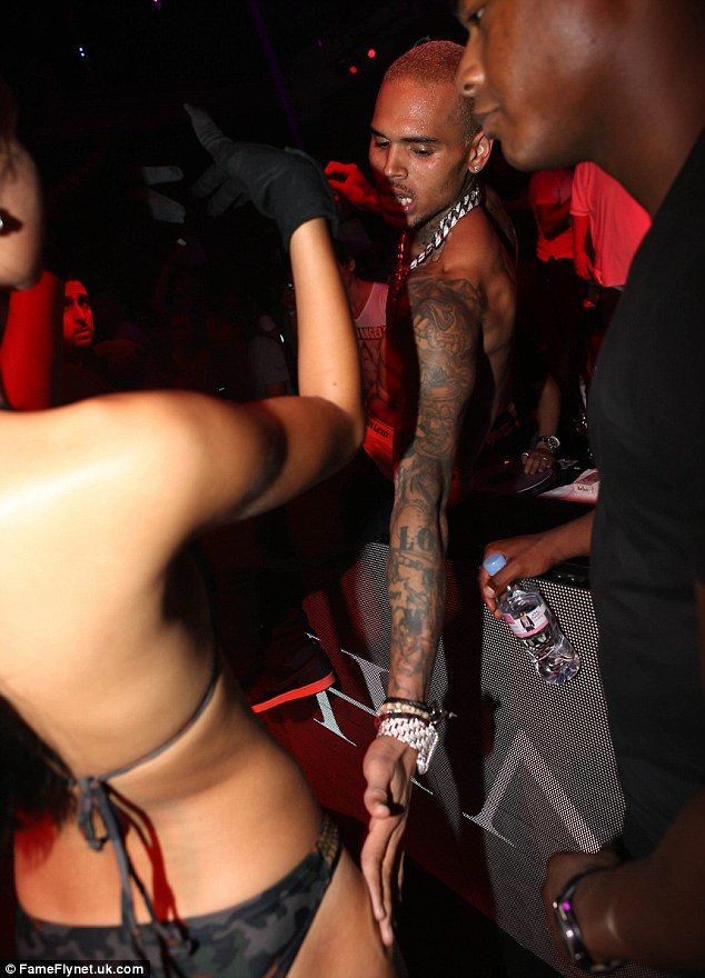 chris-brown-gets-into-second-fights-fighting-bodyguards-at-club-over-vip-table1