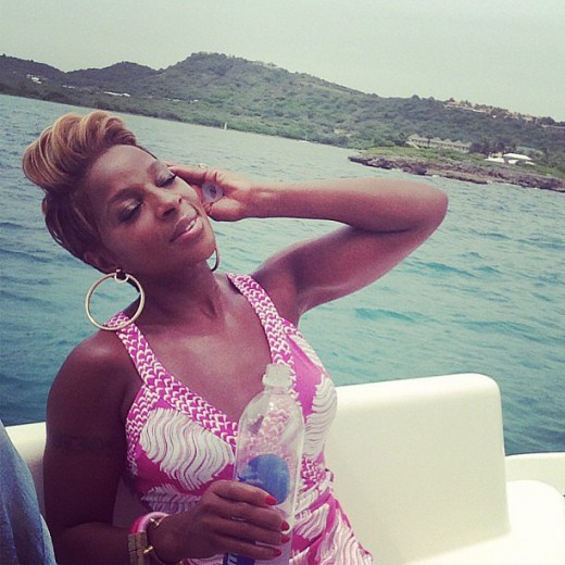 Mary-J-Blige-relaxed-yacht