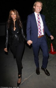 2F1C2A0C00000578-3348256-With_her_love_Tyra_Banks_was_seen_holding_hands_with_her_beau_Er-m-6_1449416596739