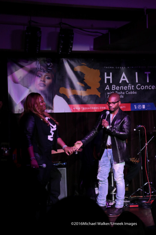 tasha-cobbs-and-kirk-franklin-hold-hands