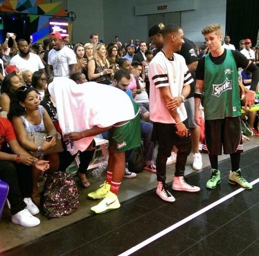 Mayweather taking a break under towel while Justin Bieber connect with fans during the #BETXCelebBBall powered by Sprite.